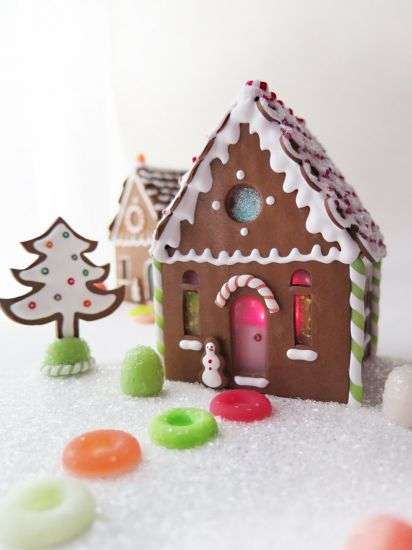 Premo Sweet Illuminated Gingerbread House Scene